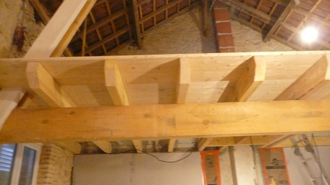 Finitions bout de poutres plancher mezzanine qqun a une id e - Faire un plancher en bois dans un garage ...