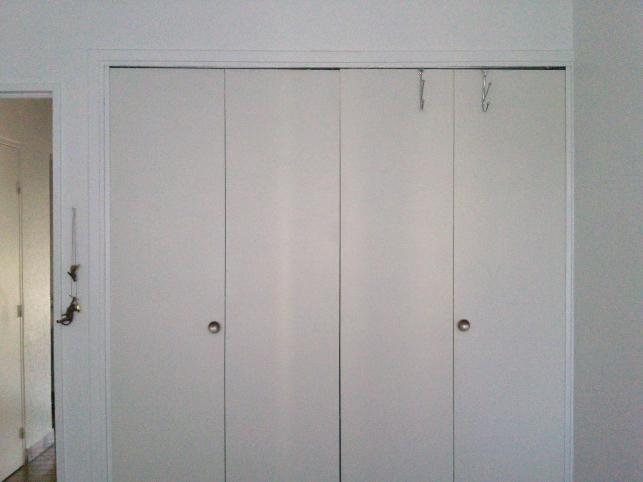 Probl me portes pliantes accord on de placard armoire for 4 portes de placard