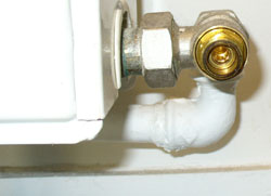 d monter et remonter un radiateur de chauffage central eau chaude. Black Bedroom Furniture Sets. Home Design Ideas