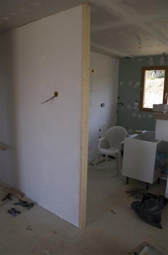 Rattraper angle d 39 un mur en brique et ins rer gaine lectrique for Cloison interieur placo
